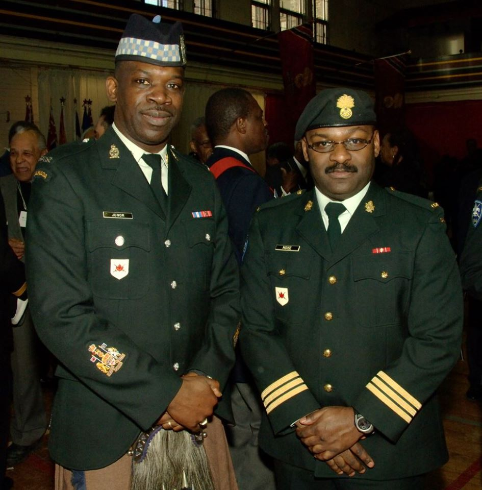 L'adjudant-chef Kevin Junor du Toronto Scottish Regiment et le lieutenant-colonel Henry Moise aux Fusiliers Mont-Royal. Photo fournie par : Capt (ret) Kevin Junor