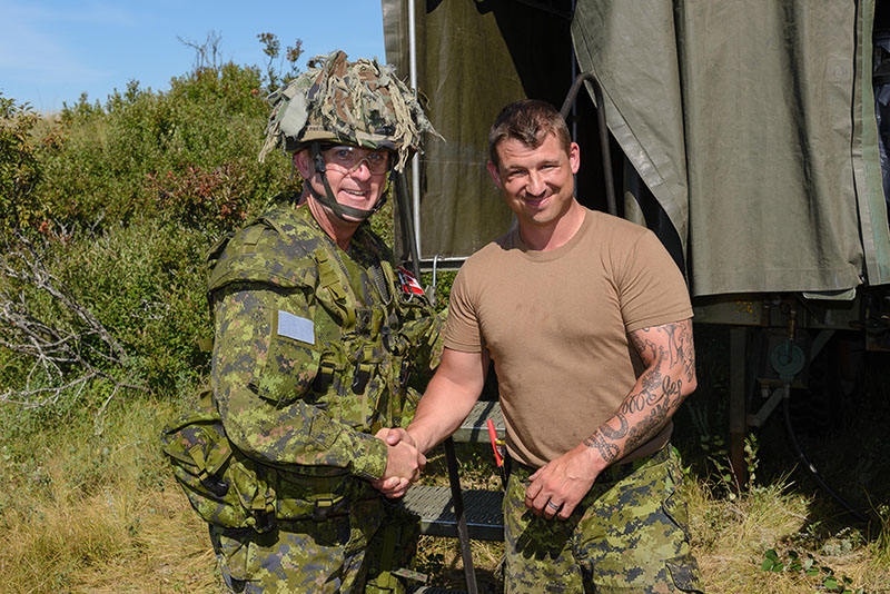 Brigadier General Hetherington, Commander of (left) presents Chief Cook, Sergeant Michael Louvelle with a Commander's Coin in recognition of a job well done at Exercise BISON WARRIOR, CFD Dundurn, Saskatchewan, August 16, 2016. Photo: Cpl Jean Archambault