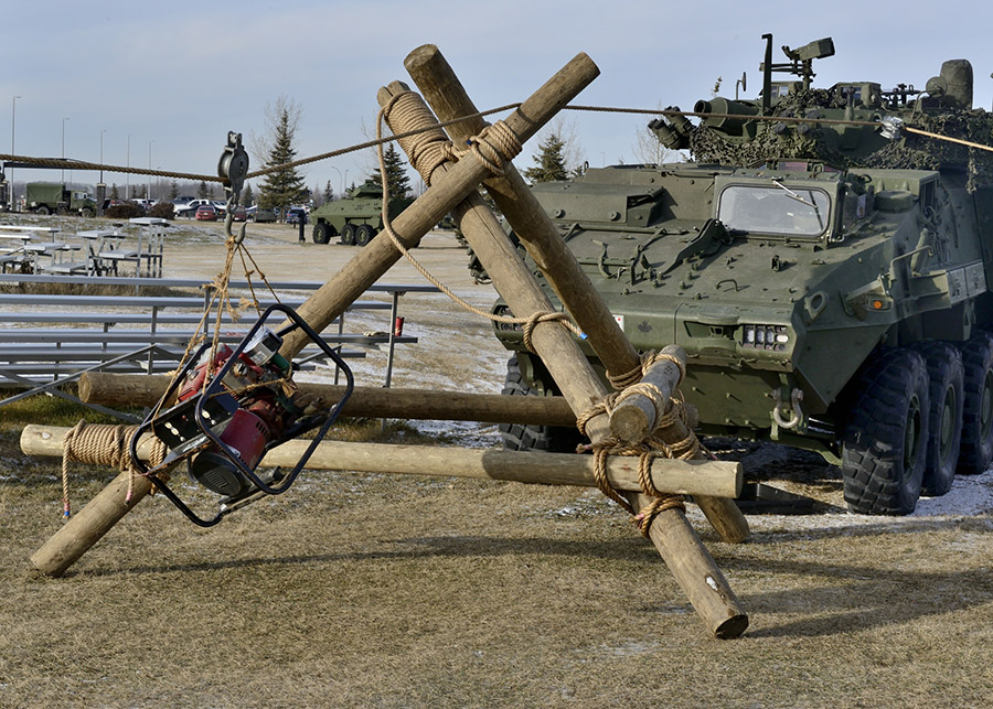Members from 1 Combat Engineer Regiment conduct Gyn and Sheer training at 3rd Canadian Division Support Base Edmonton on November 24, 2016. Photo by: MCpl Brandon O'Connell